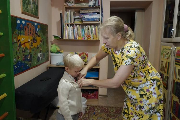Младших детей собирает мама.