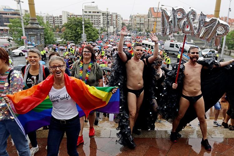 «Перевоспитать» геев и лесбиянок не получится. Они такими рождаются