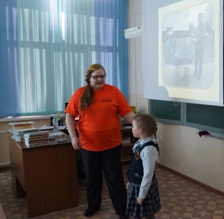 Людмила Чучалина проводит для детей уроки безопасности «Школа Лиза Алерт». Фото из личного архива героев материала.