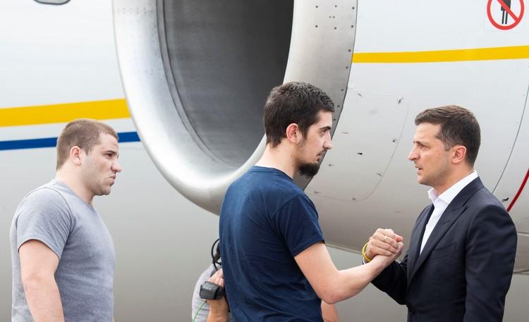 В аэропорту Борисполь отпущенных украинцев встречал президент Зеленский