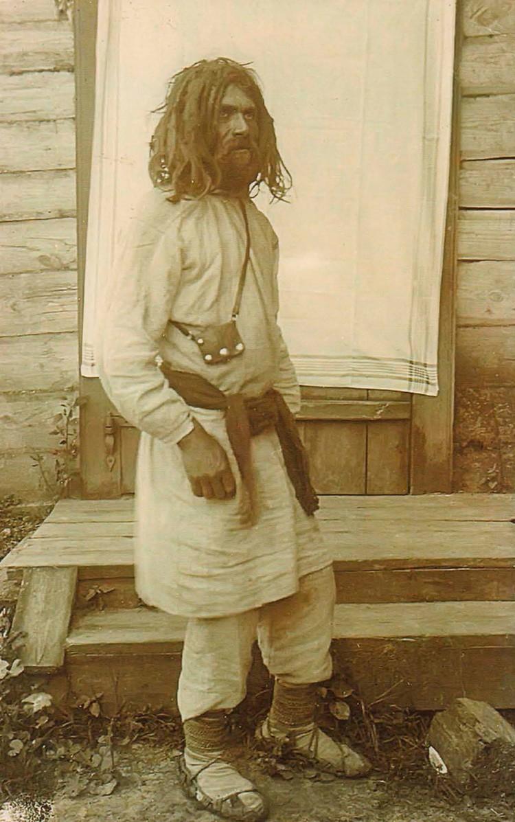Типичный мужской костюм (как у этого крестьянина с Пинщины) состоял из длинной рубахи и штанов из домотканого полотна, в ХХ веке он стал нижним бельем. Фото: Исаак СЕРБОВ