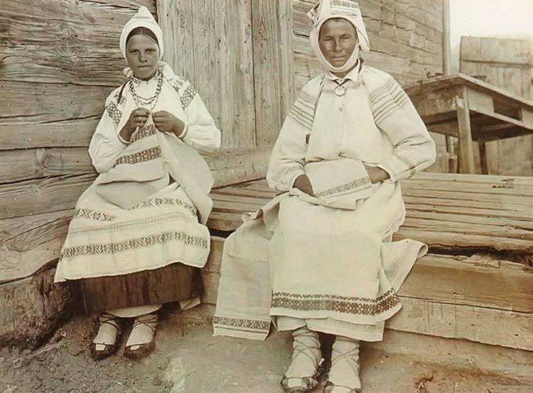 По образу 70-летней бабушки и 18-летней внучки со Столинщины можно уловить, что молодежь одевали в наряды поярче. Фото: Исаак СЕРБОВ