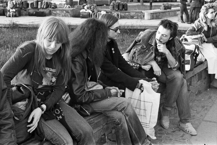 Егор Летов, с Янкой Дягилевой и Анатолием Боровиком на привокзальной площади Симферополя, 1989 год. Фото:соцсети