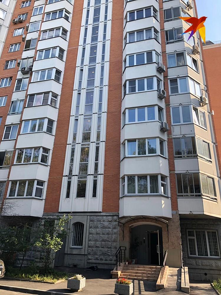 Супруги 53-летний Владимир и 39-летняя Нана вместе с сыном переехали в квартиру на 15-ом этаже новостройки около полугода назад