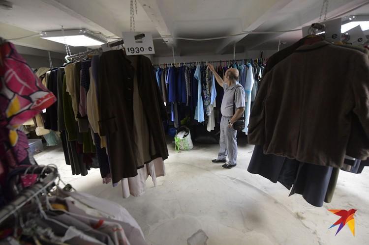 «Улица Ленина» не только продает, но и принимает всякое старье. Вплоть до пуговиц, запонок и наперстков.
