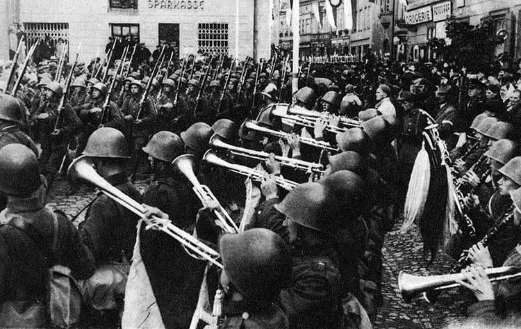 Сейчас на Западе забывают, что Польша вместе с Гитлером участвовала в разделе Чехословакии в 1938 году. Захватила её Тешинскую область под предлогом того, что там живет немало этнических поляков