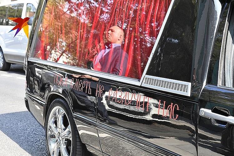Чёрный Кадиллак, украшенный темно-красными цветами, кольцами и надписью «Пока смерть не разлучит нас» стоит 6000 в час.