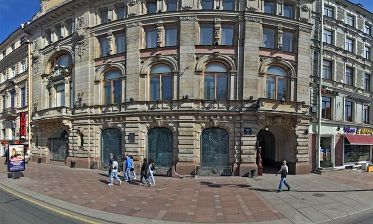 Это особняк середины 18 века, где раньше располагался банк, а теперь площадка для проведения торжественных мероприятий