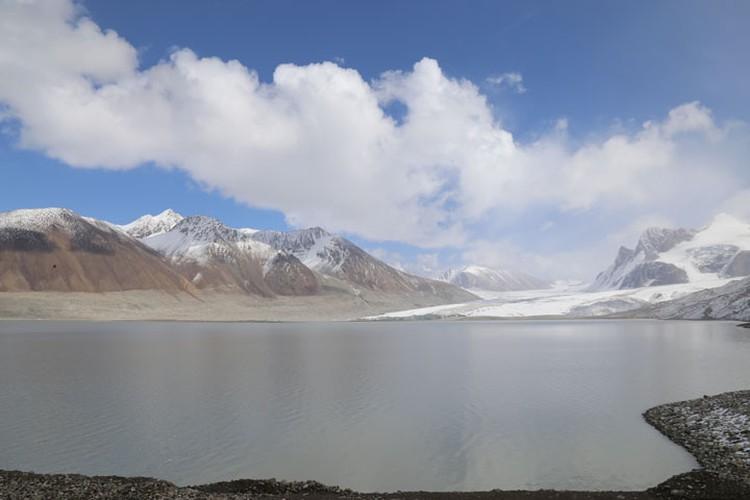 Визитеры убедились, что компания принимает все меры, чтобы не допустить прорыва озера Петрова.