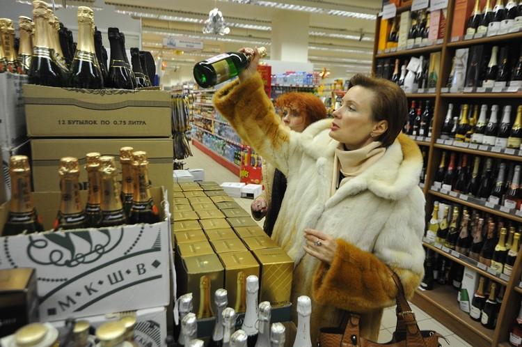 Коробки с бутылками выносят в зал целенаправленно.