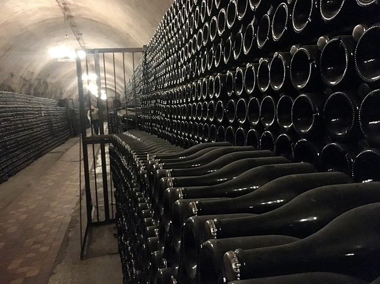 Это вино премиум-класса. Его по особой технологии выдерживают в бутылках