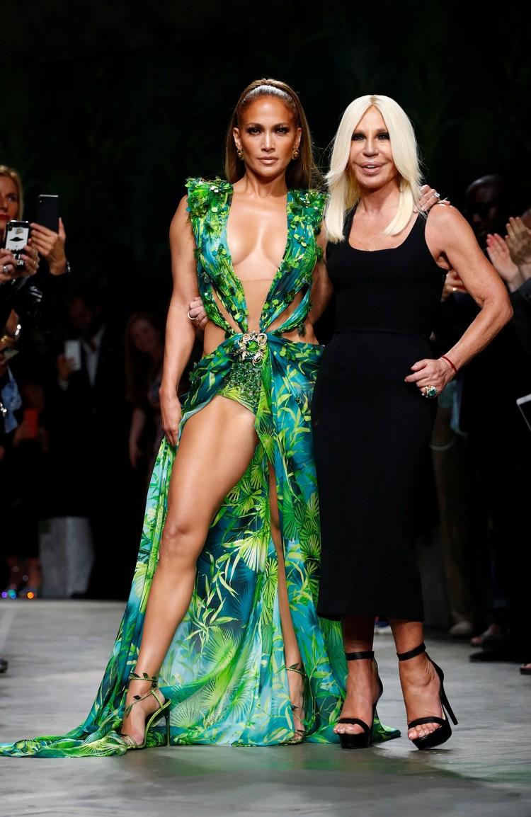 Дизайнер Донателла Версаче воссоздала культовое платье 2000-го года.