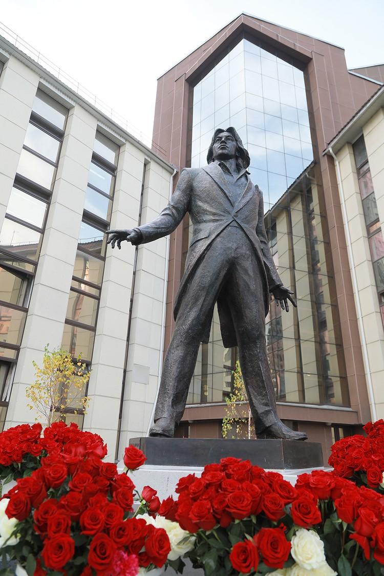Памятник Дмитрию Хворостовскому находится рядом с Красноярским государственным институтом исскуств