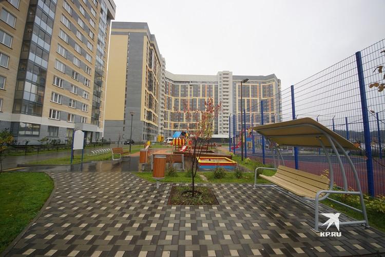 Недавно построенная высотка имеет во дворе хорошую детскую площадку, велопарковку и скамейки-качели