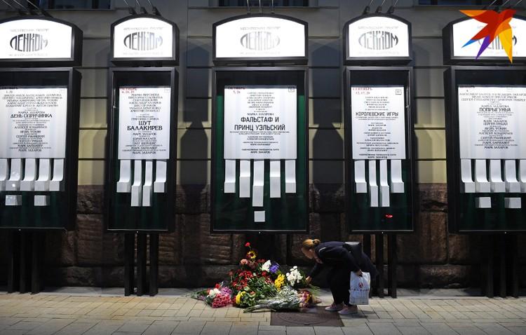 """У стен театра """"Ленком"""" - небольшой мемориал в память о Марке Захарове"""