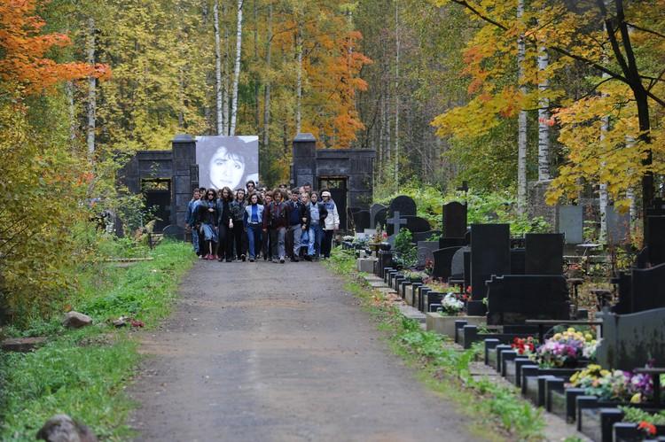 Люди штурмуют кладбище