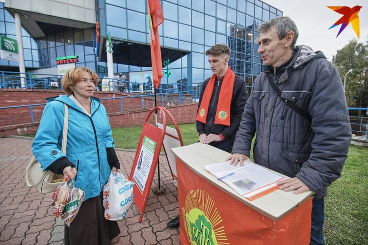 Минчанка Алёна Гурецкая общается со сборщиками подписей от Республиканской партии труда и справедливости.