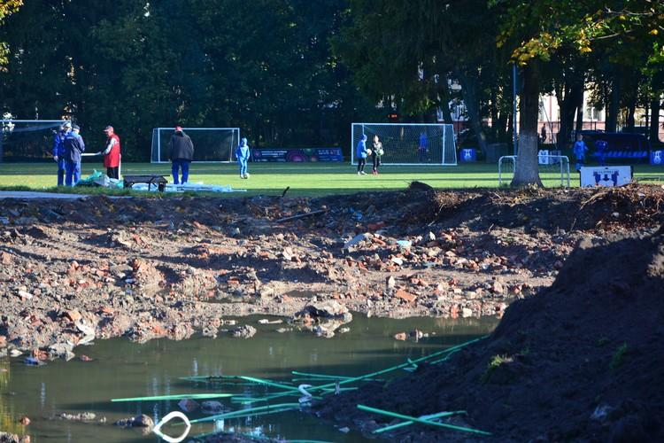 Некоторые площадки уже готовы, ребятня гоняет на них в футбол.