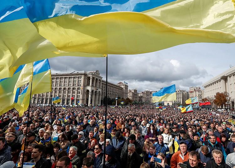 К полудню на майдан Незалежности пришли несколько тысяч человек, а в течение часа подошли еще несколько тысяч