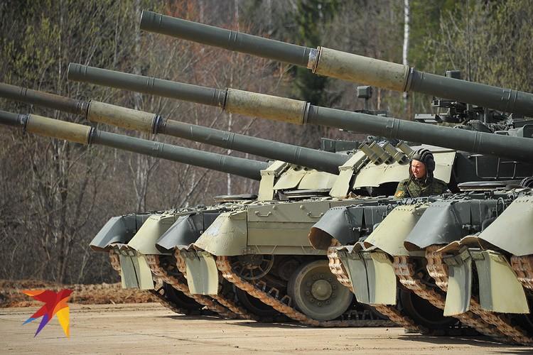 Танки Т-80У во время учений под Москвой.