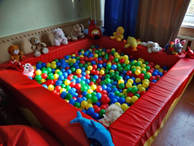 """В сенсорной комнате дети могут понырять в """"сухой бассейн"""""""