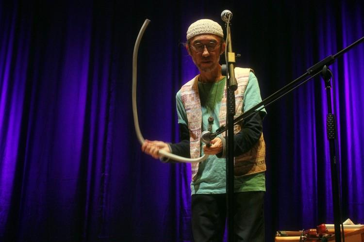 Даже обычная трубка в руках мастера может звучать, как музыкальный инструмент