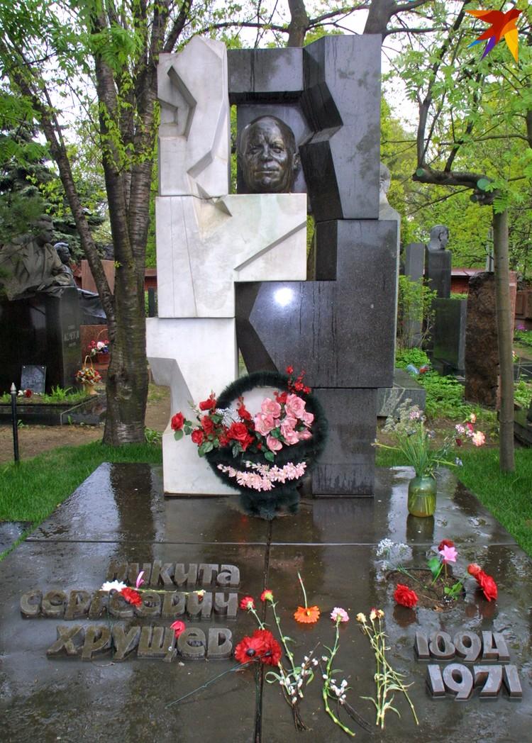 Монумент на могиле Никиты Хрущева создан по эскизам художника Эрнста Неизвестного, который вынужден был покинуть СССР из-за гонений на авангардное искусство.