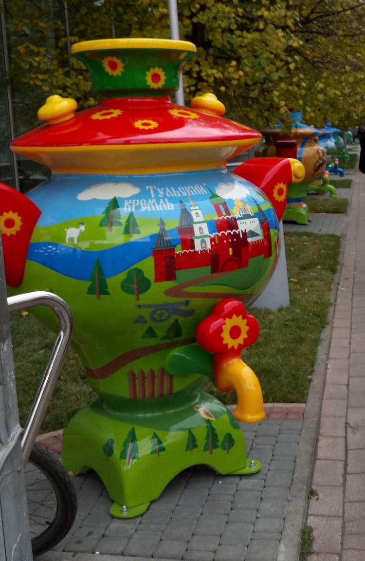 """Пространство рядом с ТДК """"Тульский"""" украсили яркими тульскими символами - цветными самоварами."""