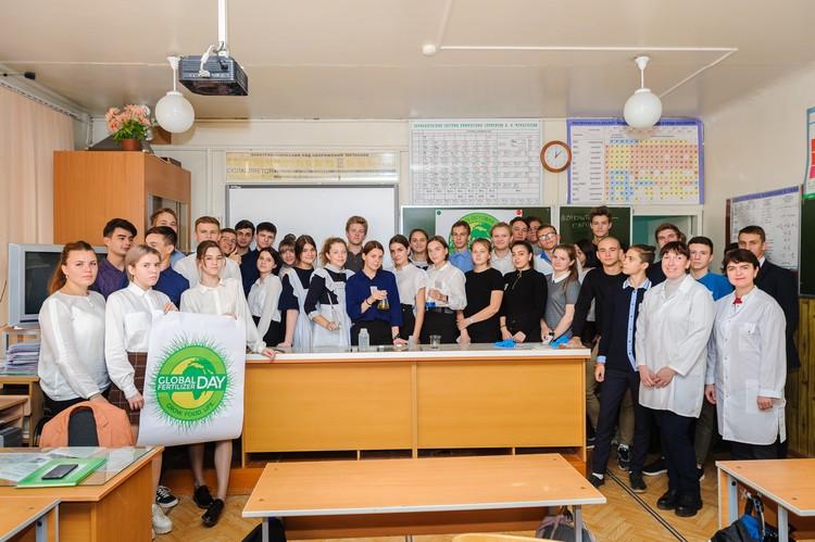 Ребята попробовали себя в роли лаборантов химического анализа. Фото: Борис Бушмин