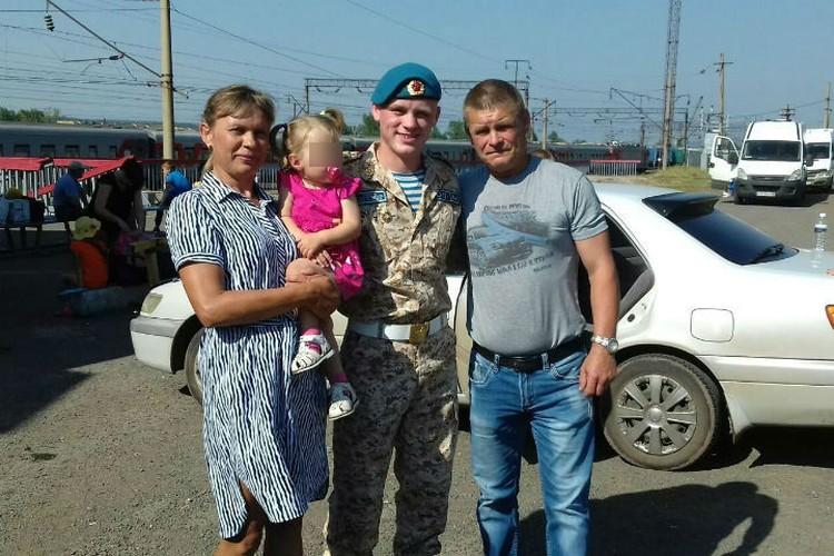 На снимке часть семьи Валтышевых: родители Джессики Лонг - Наталья и Олег, - ее брат Игорь и маленькая племянница Ева. Фото: соцсети.