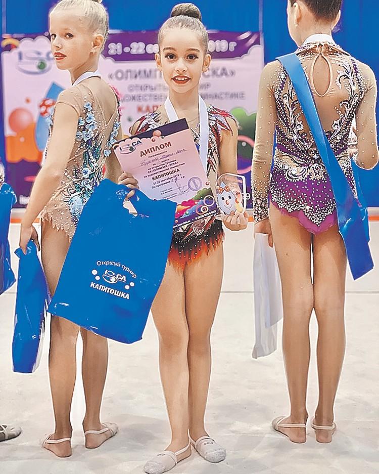 Дочка Ксении Бородиной (в центре) выиграла свои первые соревнования по художественной гимнастике. Фото: instagram.com