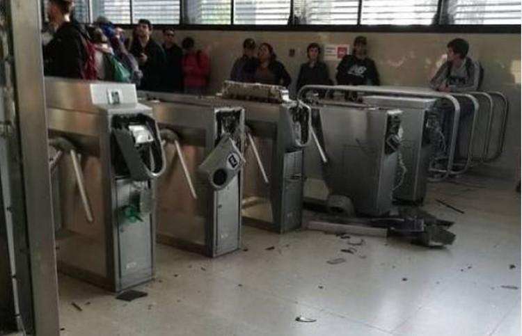 начался протест, участники которого уничтожали терминалы метро или проходили через них без оплаты проезда