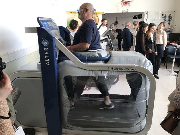 С помощью специального аппарата ноги пациента во время тренировки оказываются в невесомости.