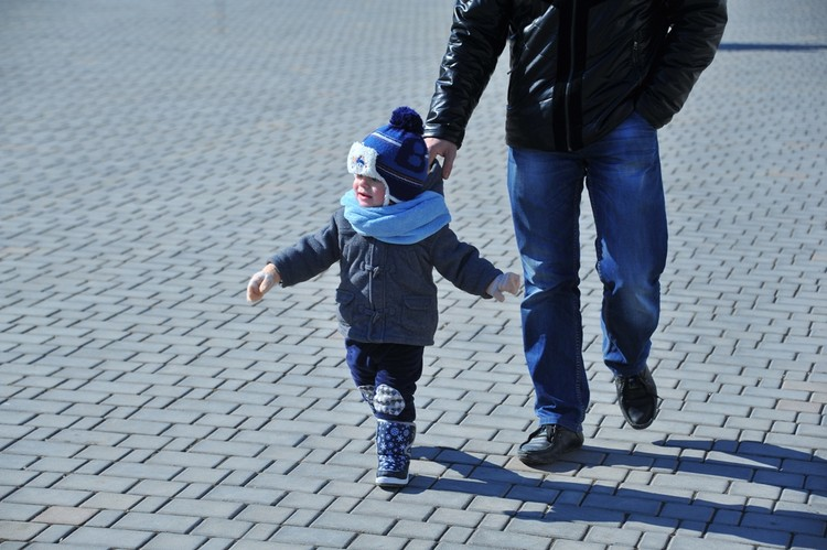 Папа с сыном выходят на прогулку по нескольку раз в день.