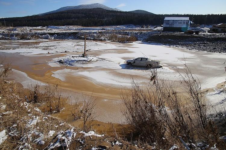 С каждым днем река, где ведутся поиски, все больше сковывается льдом