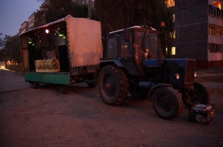 Дискоклубом служил трактор с будкой