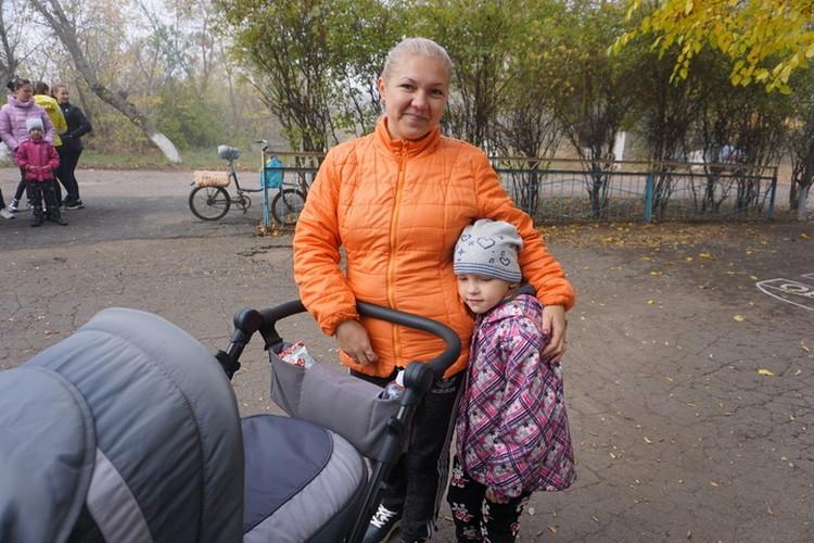 Инна с дочкой Алиной и 2-х месячным Алексеем в коляске хотят только одного - мира.