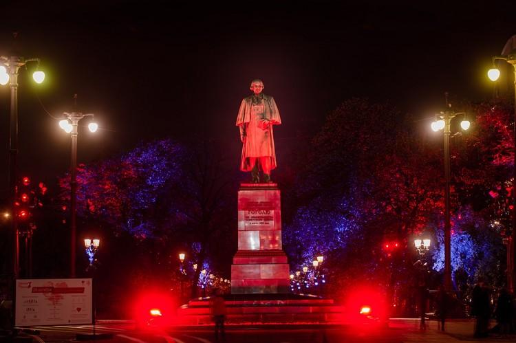 В 2018-м году в знак борьбы с инсультом «оделся в красное» московский памятник Гоголю. Фото: предоставлено организаторами акции
