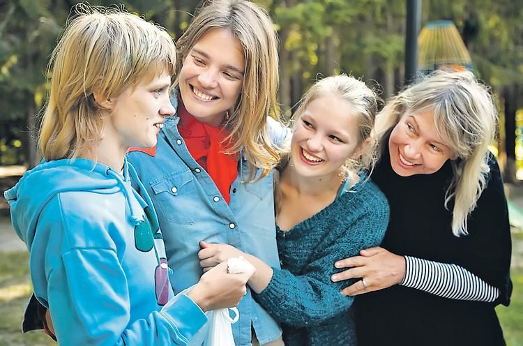 Сестры Водяновы с мамой в инклюзивном лагере (2013 год). Слева направо: Оксана, Наталья, Кристина, Лариса Викторовна. Фото: Личный архив
