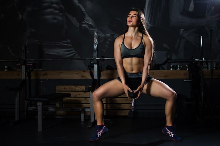 Успехи Анны: тяга - 181 кг, жим - 160 кг в экипировке, 105 кг - без экипировки, присед - 140 кг.