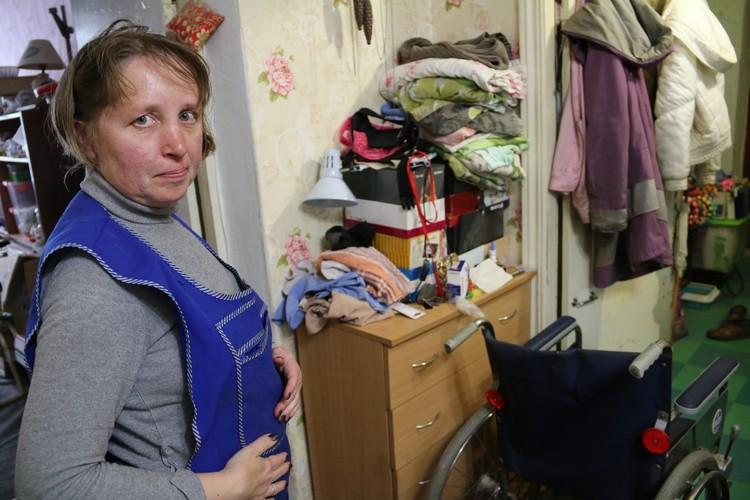 Евгения всячески поддерживает своего мужа, но без помощи государства ей приходится нелегко
