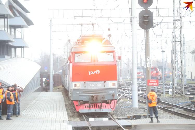 """Поезд """"Москва-Брест"""" наверное впервые прибыл на первый путь первой платформы."""