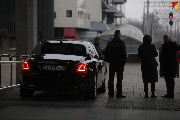 Rolls-Royce, как любит Пугачева, ожидал ее на перроне.