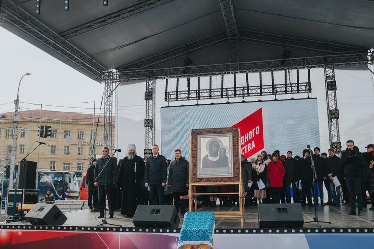 На площади прошел молебен в честь Казанской иконы Божией Матери.