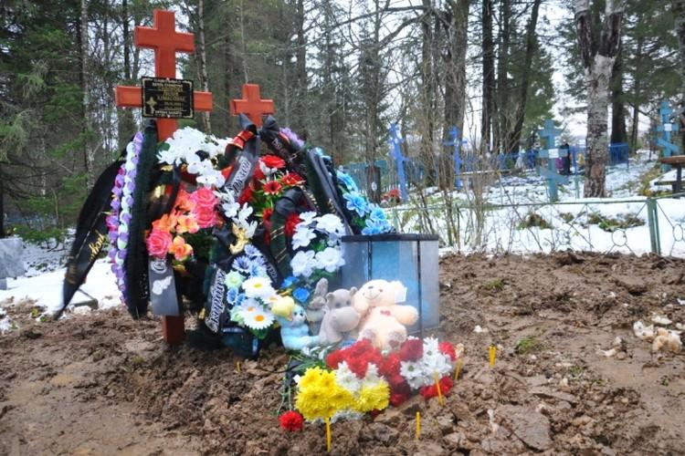 На могилку, где теперь лежат мама и сын, принесли много игрушек.