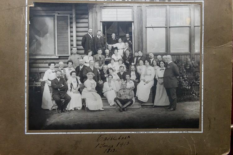 Леонтий Николаевич (пятый во втором ряду) с супругой (третья в первом) в окружении родных.