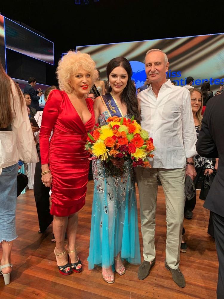 Ирина Мокерова вместе с дочкой и мужем.