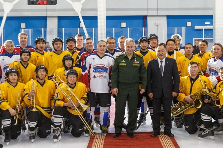 В этот день на лед вышли даже музыканты, облаченные в хоккейную форму. Фото: Вадим Савицкий/Департамент информации и массовых коммуникаций Минобороны России