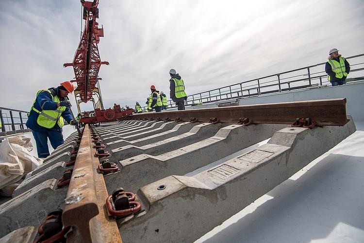 Вот так строили железнодорожную часть моста. Фото: Март 2019