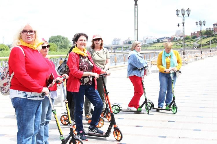 Пенсионеры водят экскурсии на самокатах и велосипедах Фото: vk.com/starsheepokolenie